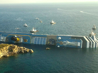Ver vídeo  'Al menos tres muertos al encallar un crucero en Italia'