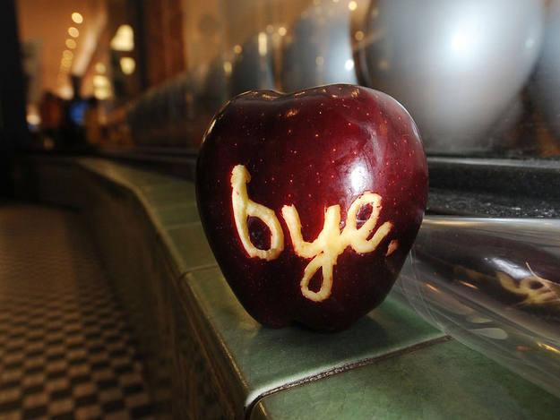 Un mensaje en una manzana, el símbolo universal de Apple, para despedirse de Steve Jobs