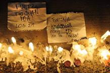 Mensajes de apoyo y velas frente a las oficinas de la Televisión Nacional de Chile.