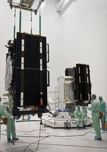 Los dos satélites durante su instalación en la etapa superior del lanzador