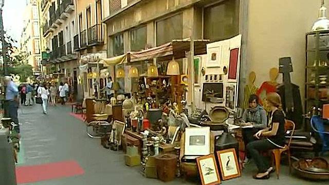 Un mercadillo de antig edades se instala en el barrio de for Mercadillo muebles madrid