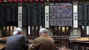 Ver vídeo  'Los mercados europeos sufren fuertes pérdidas y la deuda española vuelve al entorno del 6%'