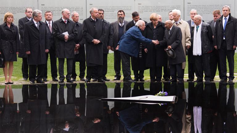 Merkel rinde homenaje a los gitanos, las víctimas olvidadas del nazismo, e inaugura su memorial