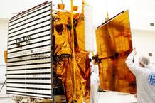 Instalación de los paneles solares en la sonda