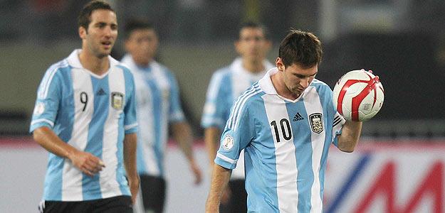 Messi e Higuaín, delanteros de la selección argentina, durante el partido ante Perú en el el estadio Nacional de Lima.