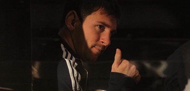 Messi saluda al público rumbo al Estadio Nacional de Lima, donde Argentina jugará contra Perú.