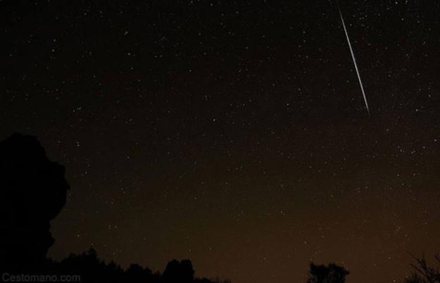 Meteoro cruzando el cielo