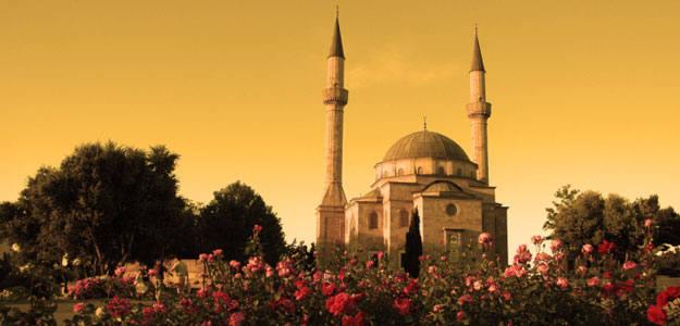 Mezquita con dos minaretes en Bakú