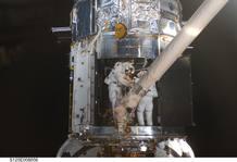 Michael Good (a la izquierda) y Mike Massimino trabajando en la reparación del Hubble