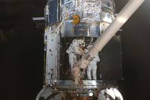 Michael Good y Mike Massimino reparando el Hubble.