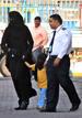 Michael Jackson pasea de la mano con un niño (que podría ser su hijo), cubierto con una abaya en Bahrein