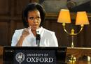 Michelle Obama da un conferencia sobre educación a estudiantes en Oxford