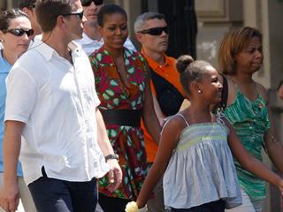 Ver v?deo  'Michelle Obama y su hija Sasha hacen turismo por la ciudad de Granada'