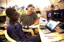 Mick Ebeling, de Not Impossible, llevó impresoras 3D a las montañas de Nuba, Sudán.