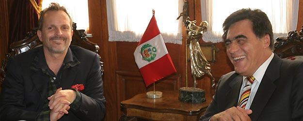 Miguel Bosé se ha reunido con el presidente del Congreso de Perú, Luis Gonzales Posada, en Lima, para hablar sobre el algodón PIMA.
