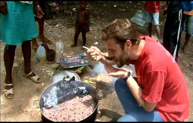 Miguel prueba la olla comunitaria en Legane