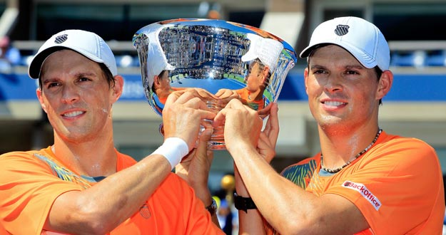Mike Bryan y Bob Bryan, con el trofeo de campeones en el US Open 2012.