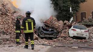 Ver vídeo  'Miles de afectados por el terremoto pasan la noche en sus coches