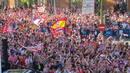 Miles de aficionados han animado al Atlético en la plaza de Neptuno.