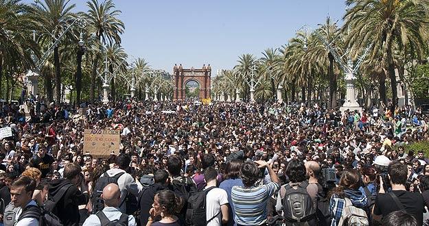 Miles de estudiantes catalanes se manifiestan contra la subida de tasas universitarias