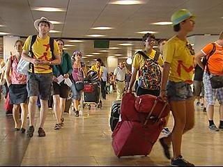 Ver vídeo  'Miles de jóvenes peregrinos regresan hoy a sus casas'
