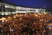 Miles de personas abarrotan la Puerta del Sol de Madrid