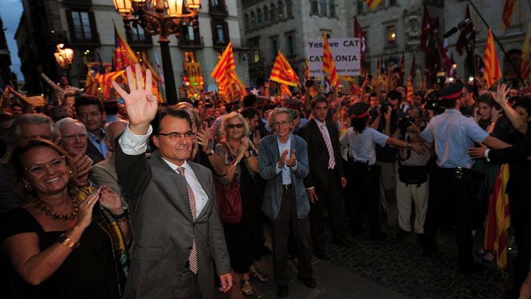 """Miles de personas reciben a Mas en la Generalitat al grito de """"independencia"""""""