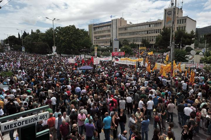 Miles de personas se concentran ante la sede de la televisión pública griega