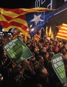 Miles de personas llenan la plaza Sant Jaume de Barcelona en contra de la reforma educativa de Wert