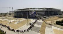 Miles de personas se han congregado en las entradas del estadio de Cornellà para dar su último adiós al futb