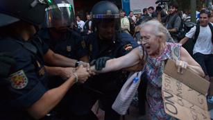Ver vídeo  'Miles de personas toman el centro de Madrid en protesta por los recortes'