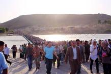 Miles de sirios han cruzado en los últimos días el puente sobre el río Tigris para entrar en la región autonóma del kurdistan iraquí.