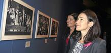 La ministra de cultura, Ángeles González-Sinde visitando la exposición 'Viaje al cine español'. En la imagen observa las fotos de 'Belle Époque'