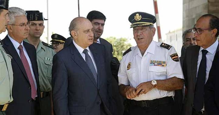 El ministro del Interior, Jorge Fernández Díaz, acompañado del delegado del Gobierno en Melilla, Abdelmalik El Barkani