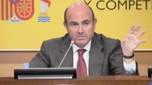 Ver vídeo  'El ministro de Economía da cuatro meses a los bancos para fusionarse'