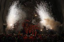 """Los trabajadores celebran el momento en el que la máquina de perforación """"Sissi"""" rompió la última sección del túnel de San Gotardo."""