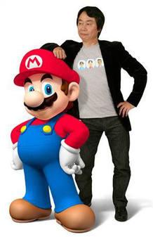 Shigeru Miyamoto apoyado en una de sus creaciones más populares, Mario Bros
