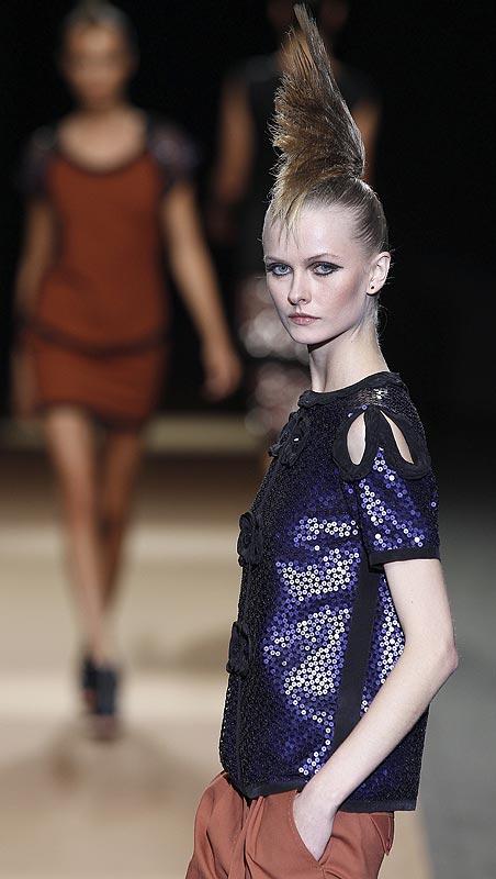 Una modelo luce una creación del diseñador Miguel Palacio durante la primera jornada de la Cibeles Madrid Fashion Week.