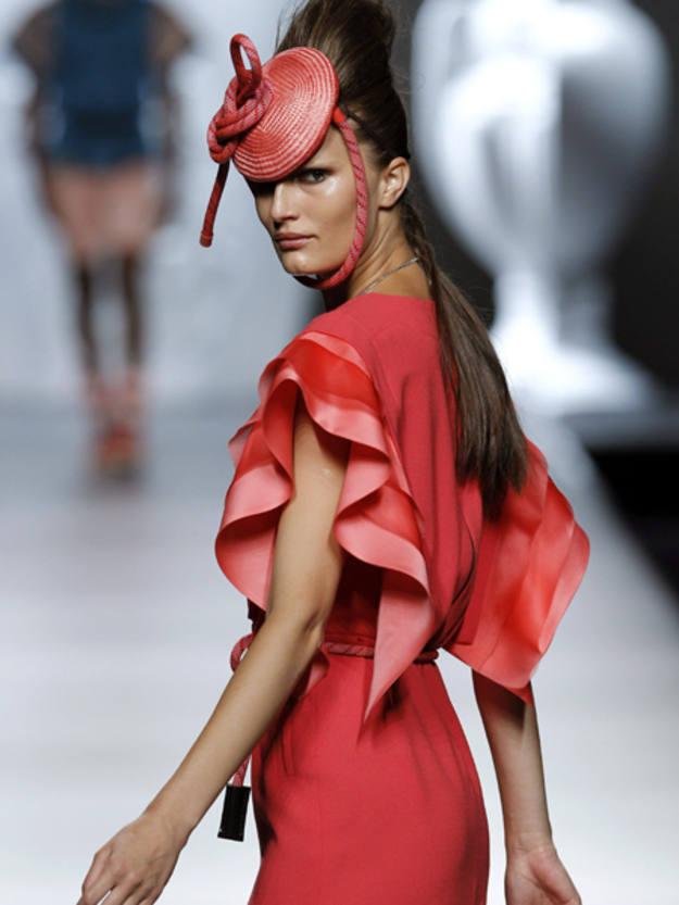 Modelo en tono rojo coral presentado por la diseñadora Ana Locking en el desfile de su colección para la temporada primavera-verano 2013