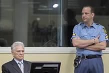 Momcilo Perisic espera en la sala del Tribunal Penal Internacional en La Haya