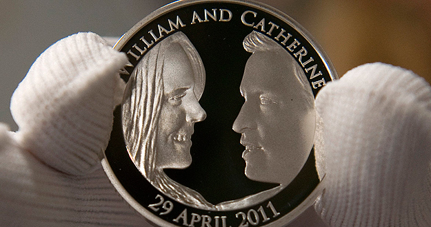 Moneda de cinco libras conmemorativa del enlace real entre el príncipe Guillermo y Kate Middleton.