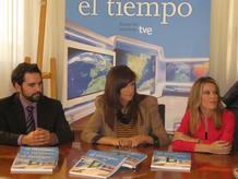 Mónica López junto a Ana Belén Roy y Albert Martínez, parte del equipo de El Tiempo de TVE.