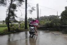 Una motorista lucha contra el fuerte viento en Changle, en la provincia de Fujian.