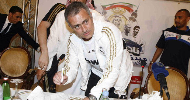 Mourinho atiende a los seguidores del Real Madrid en Kuwait.