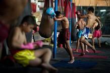 Estudiantes de boxeo tailandés, Muay Thai, durante una sesión de entrenamiento diario en Bangkok.