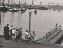 'Muchachos en el puerto de Amsterdam' (ca. 1931-34). John Fernhout. Gelatinobromuro de plata.