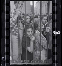 [Muchedumbre en la puerta de la morgue después del bombardeo aéreo, Valencia], mayo 1937