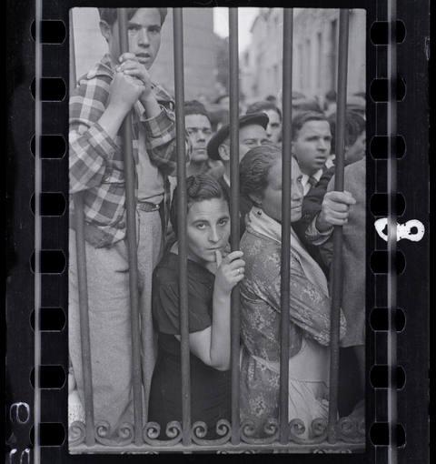 Gerda Taro. [Muchedumbre en la puerta de la morgue después del bombardeo aéreo, Valencia], mayo 1937. © International Center of Photography Collection International Center of Photography
