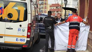 Ver vídeo  'Muere una mujer y otra resulta herida en un tiroteo tras un atraco a un banco en Sevilla'