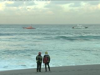 Ver vídeo  'Muere un policía y hay tres desaparecidos en la playa del Orzán, A Coruña'